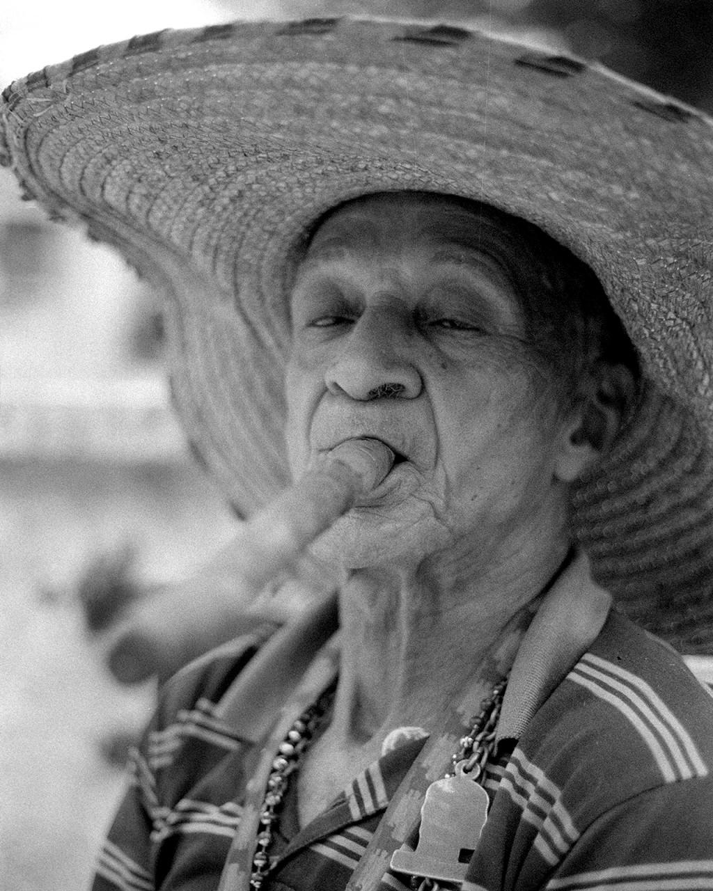 Everardo Jimenez Sochras, 77 anos, passa muito tempo na Praça da Catedral em Camagüey onde reside, fumando o seu charuto e conversando com seus colegas.