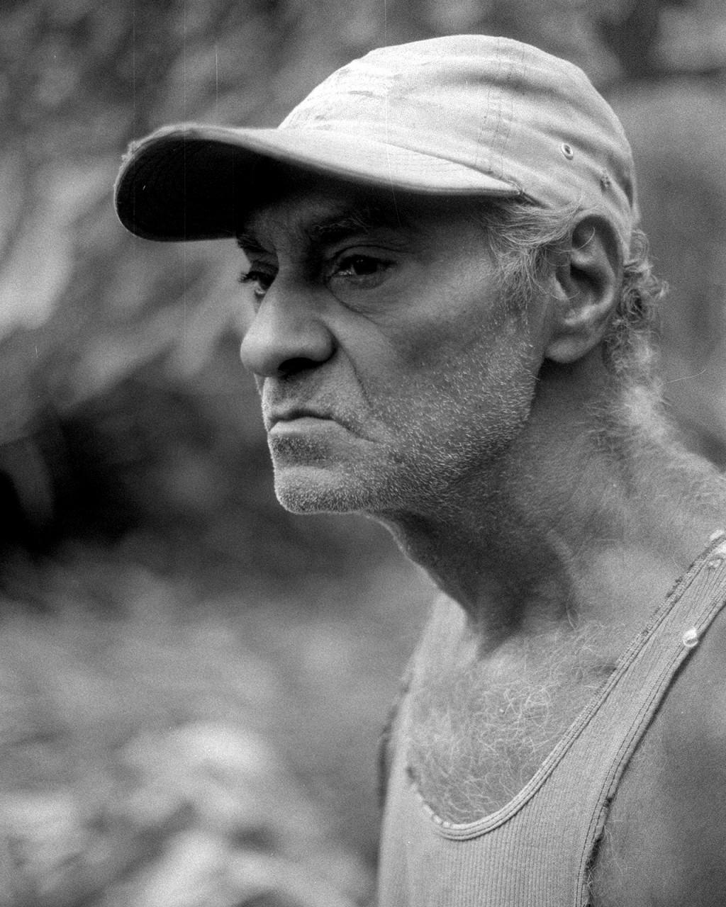 Amauris, dono de uma fazenda de cacau nas encostas montanhosas de Baracoa, abriu as portas de sua casa para mostrar o processo de crescimento do cacau.