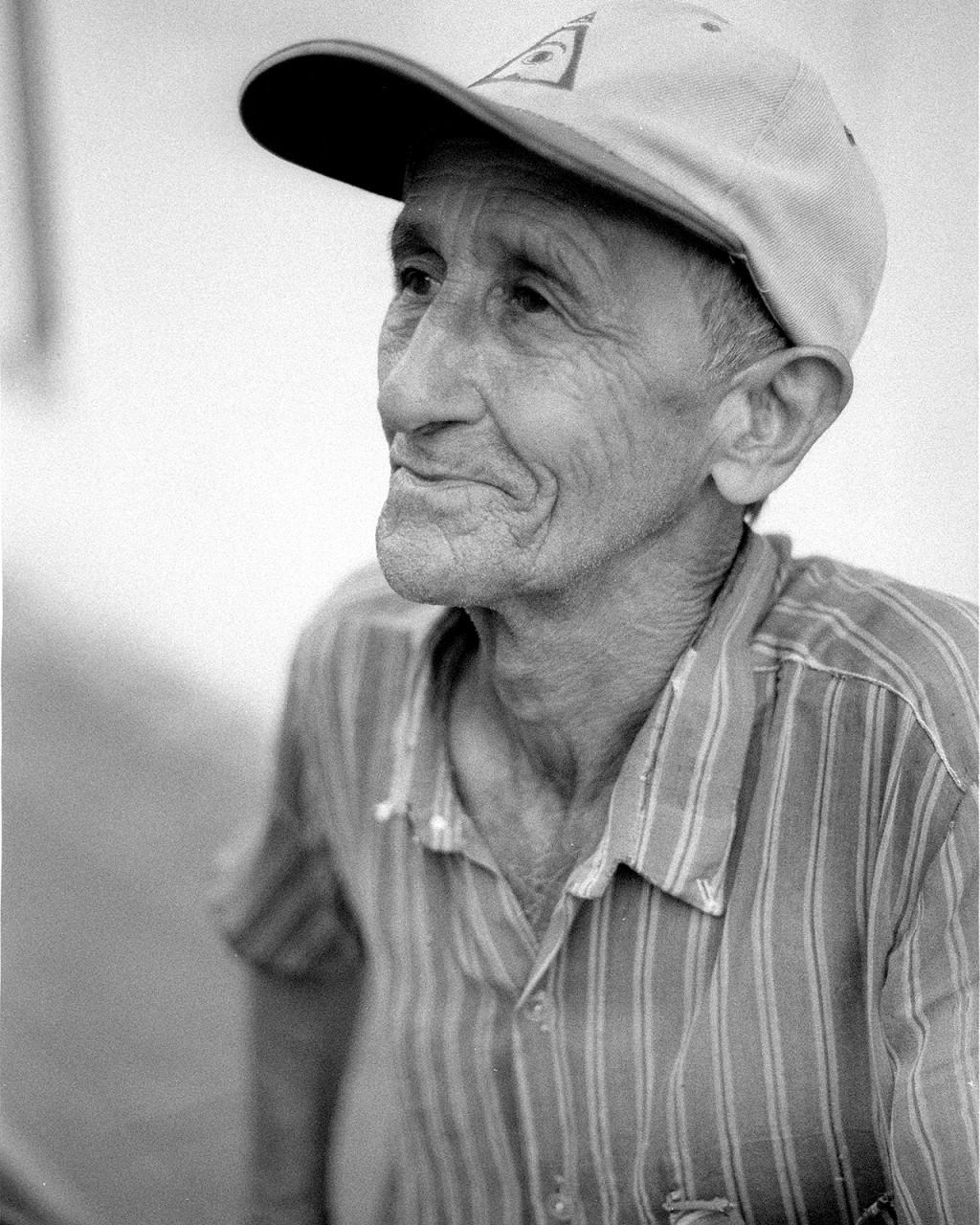 Henrique Pellicier Hernández, 62 anos, empurra o seu carro de mão pelas ruas de Baracoa vendendo mamé cobrado a 10 pesos cada um (€0,30). Já o faz há mais de 20 anos e aluga carro para comprar mil de cada vez.