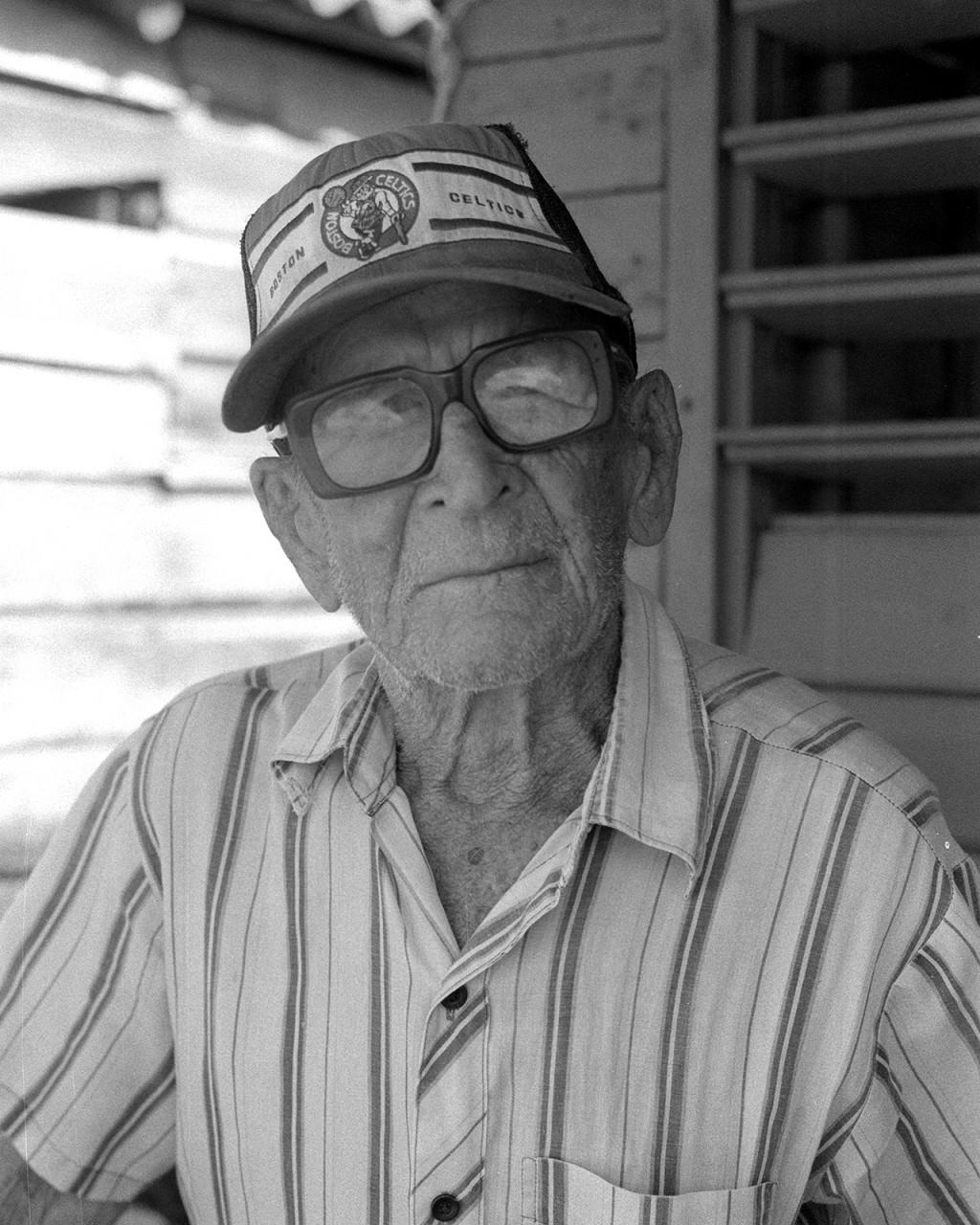 Um velho pescador de Baracoa com 102 anos, vive com a família que lhe ajuda no dia a dia, já que tem dificuldade em ver e ouvir.