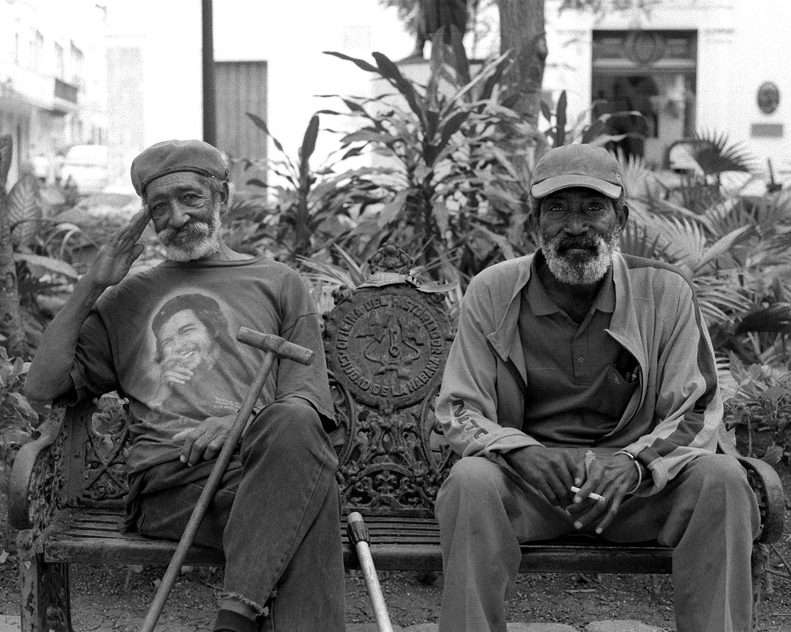 """""""Vivo orgulhoso porque és país é muito bom"""", diz-me Francisco Pérez enquanto me saluda (esquerda), apesar de estar sem casa no momento."""